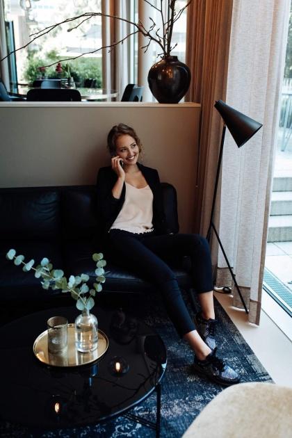Model im Wohnzimmer