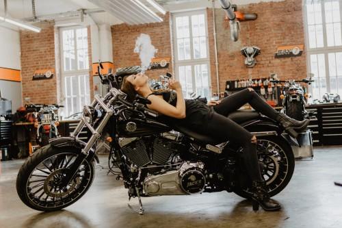 Model auf Motorrad mit Vaporizer